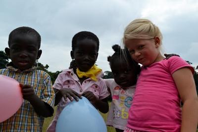 Ghana, la figlia di una famiglia di volontari con alcuni bambini del luogo