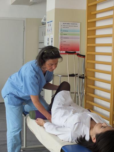 Un fisioterapista professionista cura un paziente nelle Filippine