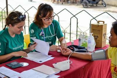Una volontaria di medicina misura la pressione
