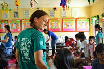 una volontaria insegna in una scuola nelle Filippine
