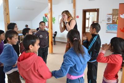 Una volontaria gioca con I bambini in Romania