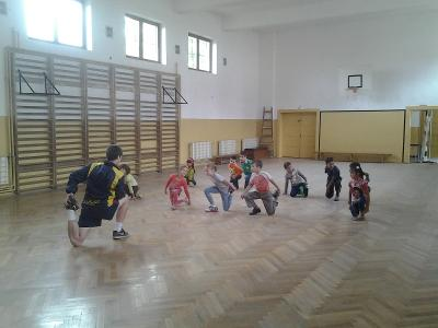 Dei bambini fanno lezione con un allenatore volontario di Porjects Abroad in Romania