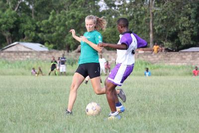 Una volontaria di Projects Abroad durante una partita di calcio in Togo