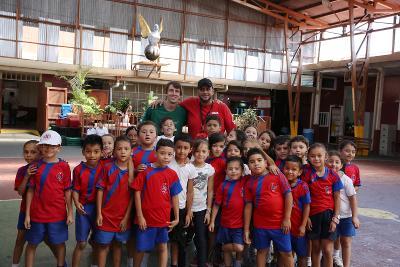 Un volontario insegnate di educazione fisica in posa con i suoi studenti
