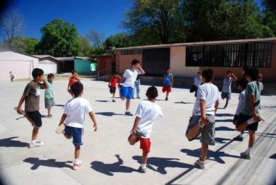 Un volontario con i bambini del progetto di volontariato sportivo in Costa Rica