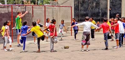 Un volontario guida gli allenamenti in un club sportivo ad Addis Abeba