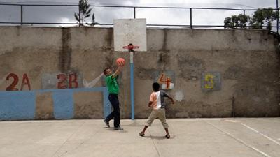 Un volontario segue un alunno di una scuola locale per il progetto di volontariato sportivo in Etiopia