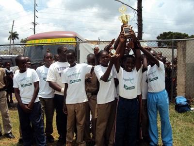Gli allievi di una scuola aderente al progetto di volontariato sportivo a Mandeville