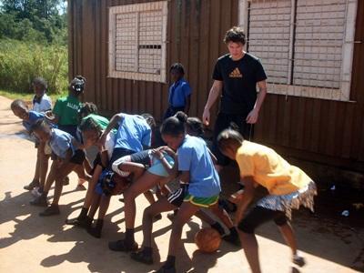 Un volontario svolge attività motorie per il progetto di volontariato sportivo in Giamaica