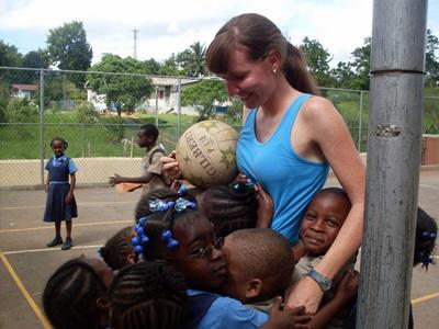 Una volontaria con la sua classe durante il progetto di volontariato sportivo in Giamaica