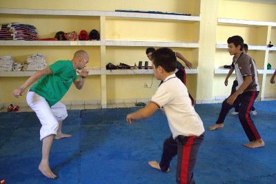 Un volontario durante una lezione di educazione fisica in Messico