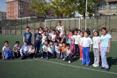 Un volontario in una scuola aderente al progetto di volontariato sportivo in Mongolia