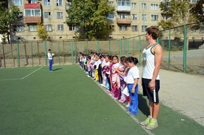 Un volontario guida gli allenamenti in un club sportivo ad Ulan Bator