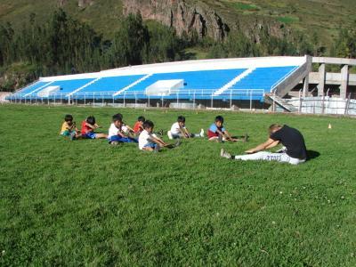 Un volontario di ProjectsAbroad durante una lezione di Educazione Fisica in Perù