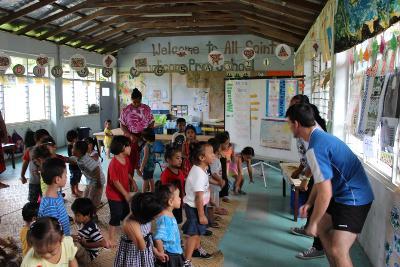 Un volontario del progetto sportivo durante le attività con i bambini in Samoa