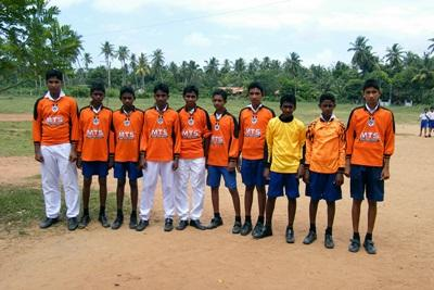 Un gruppo di bambini di un club sportivo aderente al progetto di insegnamento in Sri Lanka
