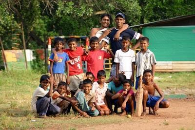 Una squadra di cricket locale che aderisce al progetto di volontariato sportivo in Sri Lanka