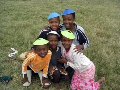 Gli allievi di una scuola aderente al progetto di volontariato sportivo in Tanzania