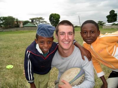 Un volontario in una scuola aderente al progetto di volontariato sportivo in Tanzania