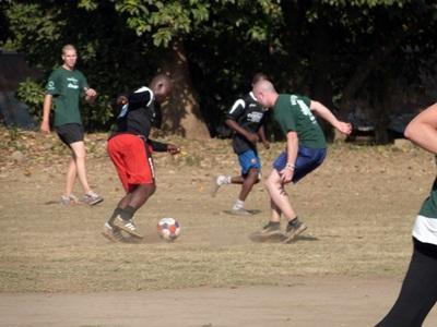 Un volontario svolge attività motorie per il progetto di volontariato sportivo in Tanzania