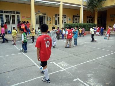 Un gruppo di bambini di un club sportivo aderente al progetto di insegnamento in Vietnam