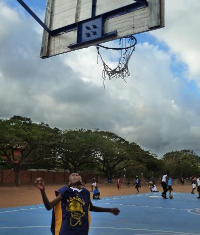 Un allievo durante una partita di pallacanestro in Ghana