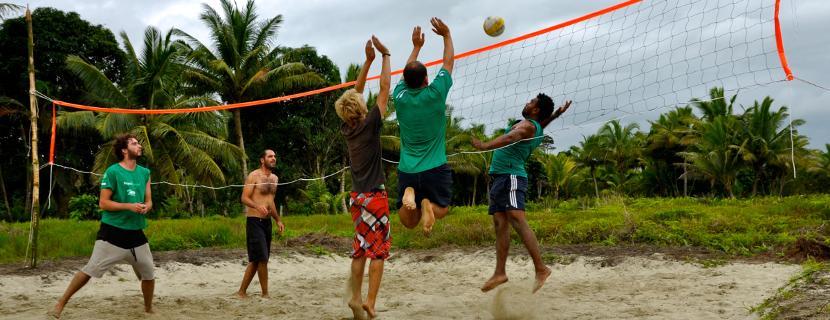 volontari di Projects Abroad durante una partita di pallavolo all'estero