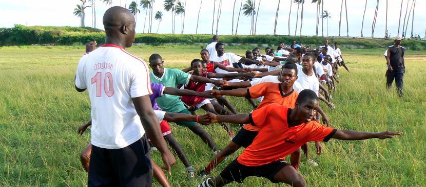 Un gruppo di ragazzi durante un allenamento di rugby in Ghana