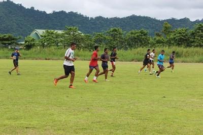 Un volontario di Projects Abroad impegnato in un allenamento di rugby in Samoa