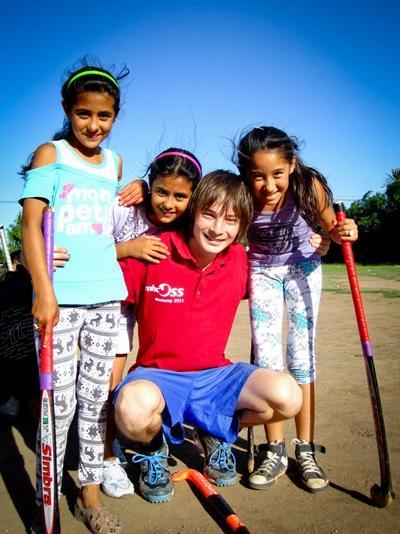 Un volontario con i bambini del progetto di volontariato sportivo in Argentina