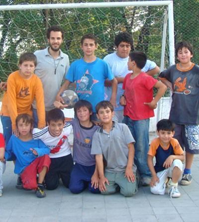 Un volontario svolge attività motorie per il progetto di volontariato sportivo in Argentina