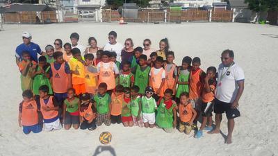 Foto di gruppo dei volontari e I bambini del progetto di volontariato sportive in Belize