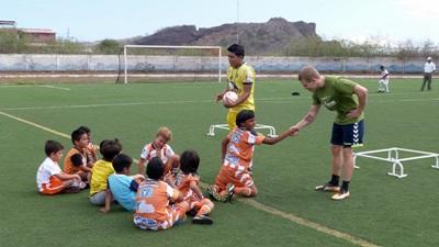 Un volontario svolge attività motorie per il progetto di volontariato sportivo in Ecuador