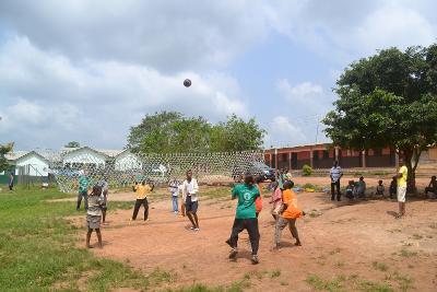 I volontari di Projects Abroad del progetto sport giocano a calcio con i bambini in Ghana
