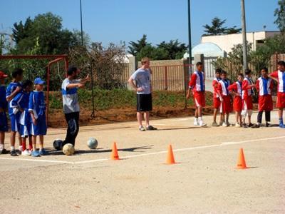 Un volontario del progetto di volontariato sportivo con i suoi alunni in Marocco