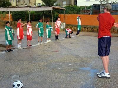 Un volontario svolge attività motorie per il progetto di volontariato sportivo in Marocco
