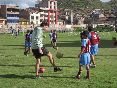 Un volontario di Projects Abroad durante gli allenamenti di calcio in Perù