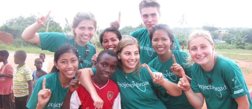 Un gruppo di bambini e una volontaria del progetto di sport comunitario di Projects Abroad