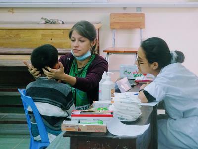 Una volontaria assiste lo staff locale durante il suo stage all'estero in medicina