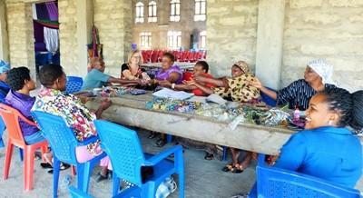 Gruppo di donne artigiane lavorano con il progetto di microcredito di Projects Abroad