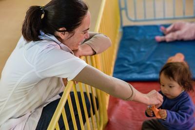 Tirocinante del progetto di Servizi Sociali gioca con un bambino in Bolivia