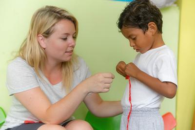 Una volontaria del progetto di tirocinio in servizio sociale in Ecuador impegnata nelle attività con i bambini in Ecuador
