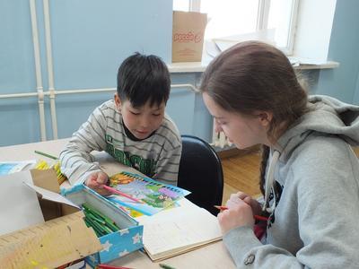 Una volontaria del progetto di Servizio sociale in Mongolia durante le attività con i bambini