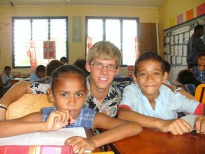 Un volontario tiene un doposcuola per i bambini delle Fiji