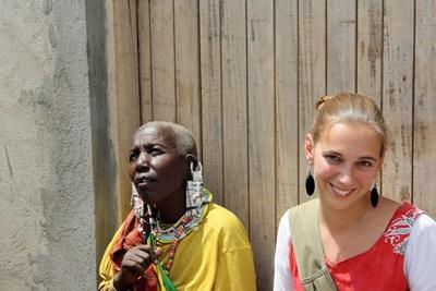 Una volontaria assieme ad una donna Masaai per il progetto di volontariato comunitario
