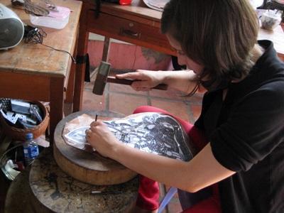Una volontaria realizza oggetti in rame per il progetto di volontariato culturale in Cambogia