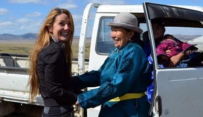 Una volontaria del progetto di volontariato culturale saluta la propria famiglia ospitante in Mongolia