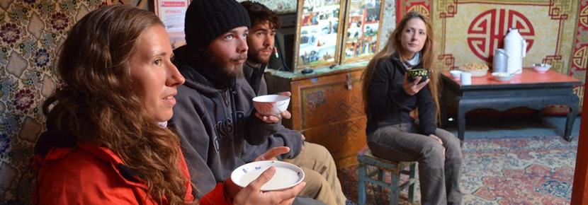 Alcuni volontari di projects Abroad del progetto di Sviluppo Comunitario scoprono le tradizioni locali
