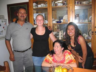Una volontaria del progetto di sviluppo internazionale in Messico con la famiglia ospitante