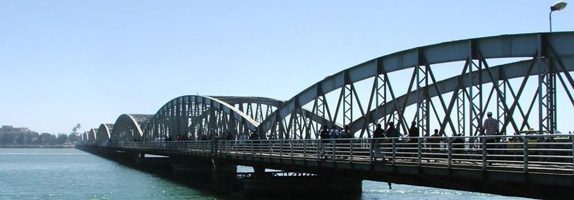 Vista di un ponte affollato